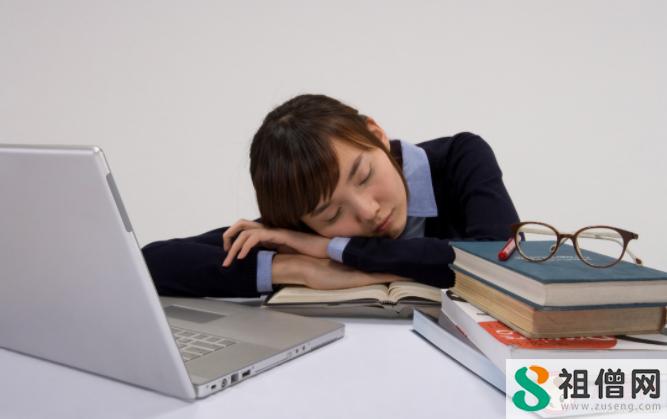 上班族中午趴着午睡好吗 午睡会使人发胖吗